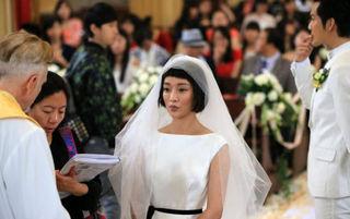 周迅披婚纱体验新娘