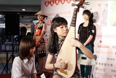美女表演了琵琶演奏