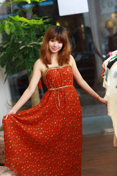 红色碎花长裙:499元