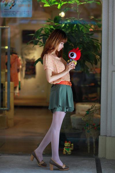 橙色碎花上衣:299元+军绿色裙裤:299元