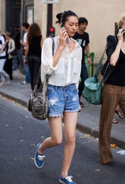 白色透视衬衫搭配牛仔短裤