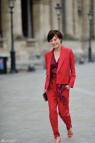 孙俪巴黎街拍卢浮宫红色套装欣赏名画