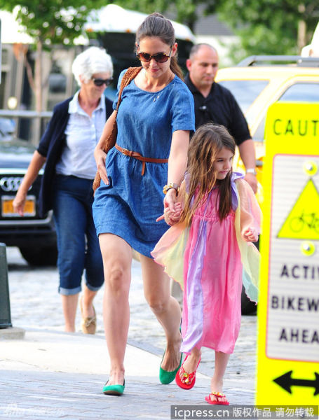 凯蒂蓝裙带女儿露面苏瑞粉纱裙飘逸