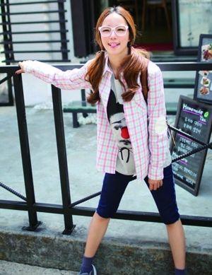 粉嫩的格纹衬衫搭配紧身五分裤调皮可爱,学生气十足。