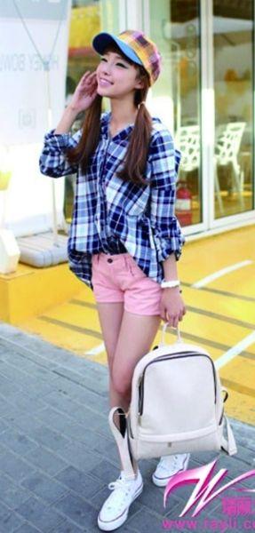宽松的格纹衬衫束进热裤,活力动感穿出好身材。