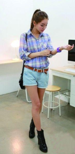 淡雅的格纹衬衫配搭牛仔短裤帅气洒脱,充满活力。