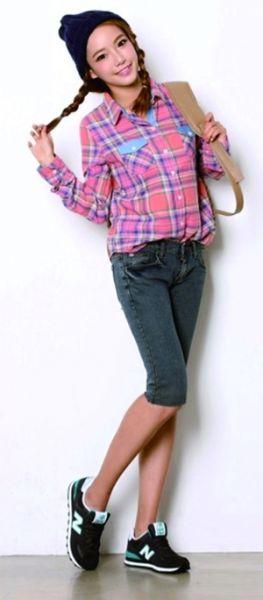 红色格纹衬衫搭配牛仔中裤为你带来动感校园风。