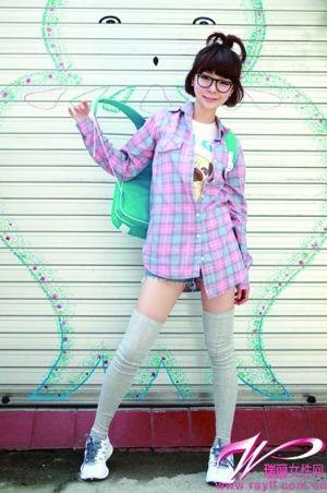 清新色彩的格纹衬衫搭配牛仔热裤,带来冰淇凌女孩般的甜蜜感。