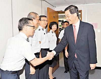香港特区政府入境事务处管理层人员欢迎梁振英到访