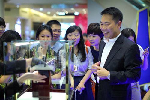 瑞士雅典表大中华区总经理颜廷鹏先生为现场媒体介绍展出腕表