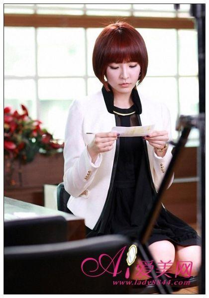 白色外套+黑色薄纱连衣裙