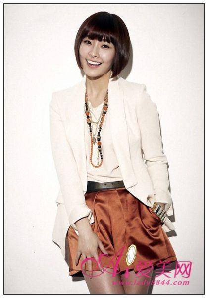白色上衣+橙色高腰短裤