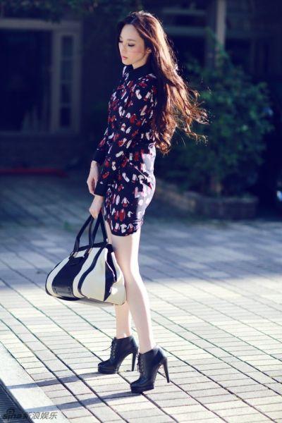 吴佩慈初秋街拍写真俏皮套裙散发优雅气质