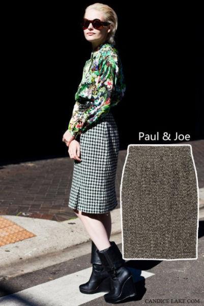 毛呢铅笔裙一如既往的在秋冬大放光彩,与印花衬衫和高筒靴的配搭,让优雅多了份时髦。