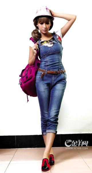 Only蓝色牛仔背带连身裤+印花T恤+奇乐尺粉红格纹窄檐帽+Naturalizer红黑拼色鞋+Kipling紫色双肩背包  剪裁贴身的背带连身裤,勾勒出全身的优美线条;趣味十足的红黑拼色鞋,呼应了T恤上的印花;紫色背包和粉红格纹帽又与牛仔蓝形成互补色,色彩多样但非常耐看。