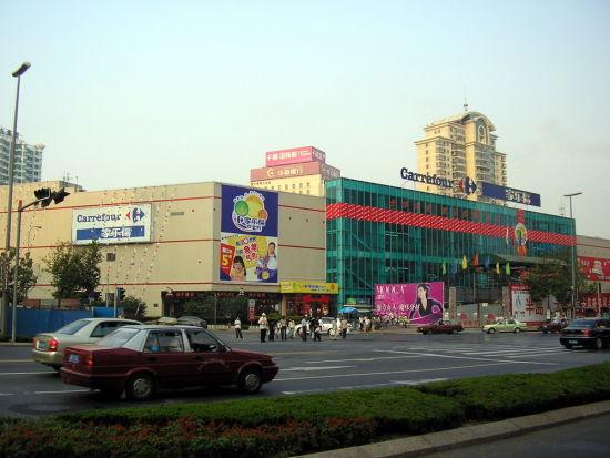 青岛家乐福新兴店停车场