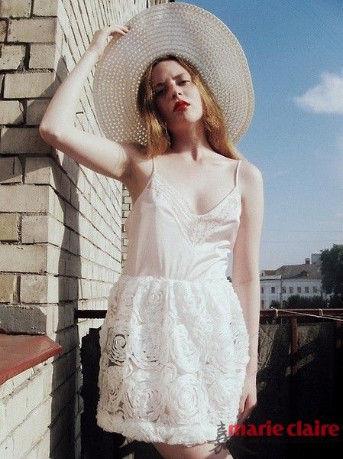 宽松白色立体花朵吊带裙