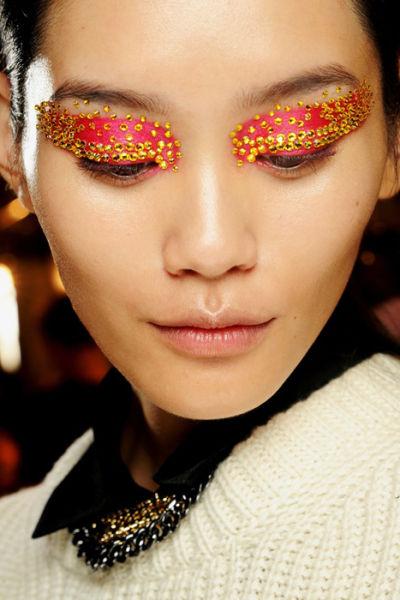 巴黎秀场谁是潮流王者五大品牌T台眼妆战