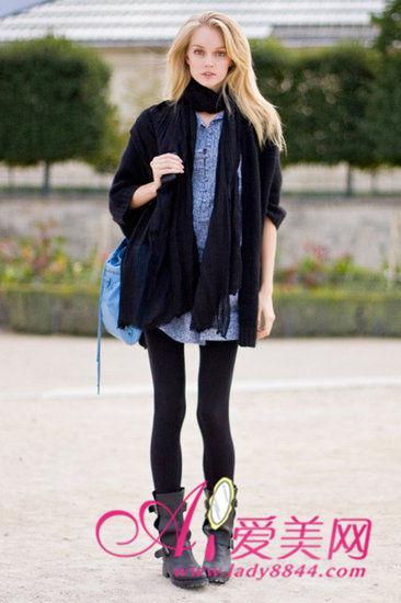 搭配示范:驼色长围巾+深咖色毛衣开衫