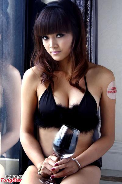 丰胸美女上演情趣内衣秀宣传乳房健康