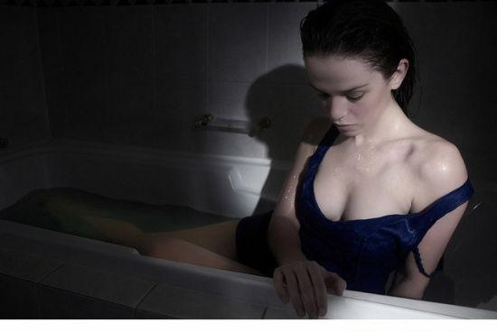 最私密的时尚:浴缸中的性感女人