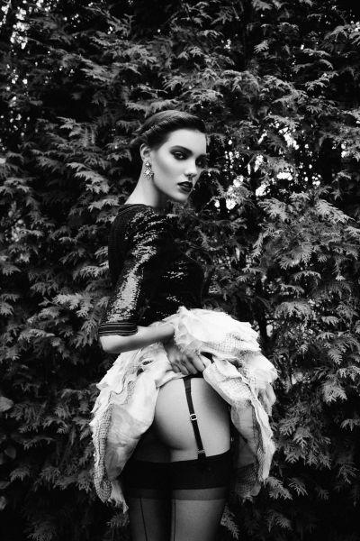 黑和白的故事狂野超模丛林演绎性感吊带袜