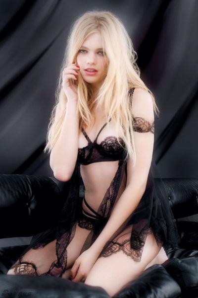 性感大片:金发尤物的闺房制服诱惑