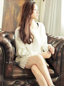 纯白色蕾丝装饰连衣裙