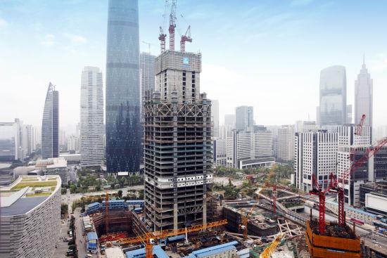 广州东塔项目首道桁架层位于整体结构的第23至24层,高度11.2米,用钢量7000余吨,由8根巨型外框柱、8榀内外环状桁架、16榀伸臂桁架、396根楼层梁及预埋于核心筒剪力墙内的L型钢骨柱组成,是塔楼外框与核心筒协同受力的第一道刚性连接。   该桁架结构节点复杂,安装难度大,焊接要求严,施工质量要求极高。因此,从方案编制伊始,中建钢构驻现场技术人员就抓关键、找突破,针对桁架层的安装进行了多次策划,从前期的桁架层构件分段、深化设计到后期构件的安装流程和安装措施,反复修改,不断完善,以达到满足现场钢结构安