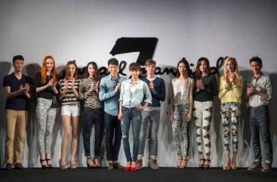王珞丹携众模特亮相7 for all mankind 2013春夏新品秀.