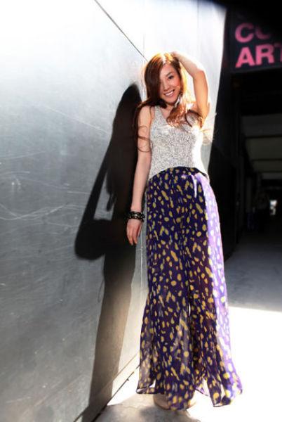 女神穿衣搭配:灰色针织背心+紫色印花长裙