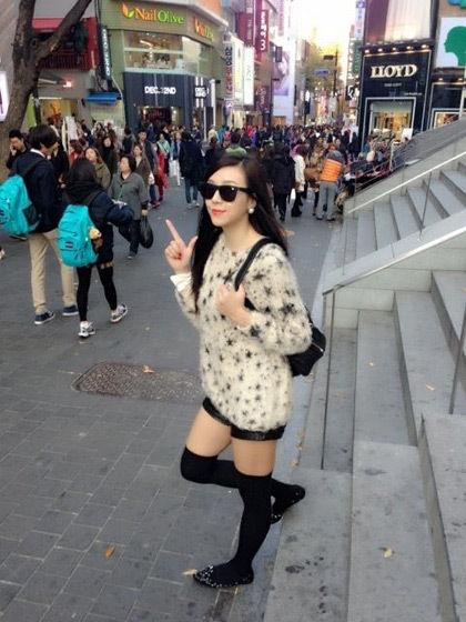 女神穿衣搭配:毛衣+短裤+长袜