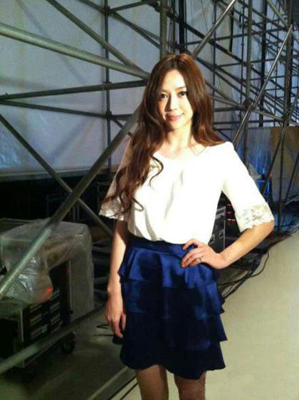 女神穿衣搭配:白色蕾丝拼接上衣+宝蓝色短裙