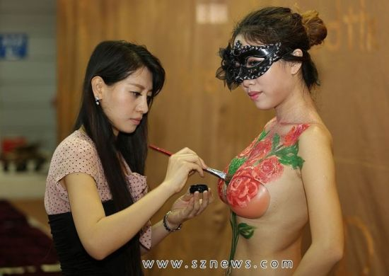 深圳内衣秀:国内外模特身着内衣走秀