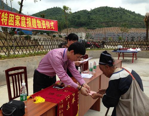 广东凯港股份配送中心总监何锋向捐助对象发放现金款项