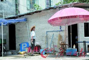 越秀区珠光路一个露天停车场的保管员正在泼水降温。记者黎旭阳 摄