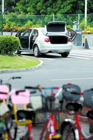 """有市民把车门打开,以免上车时被""""烤熟""""。记者曹景荣 摄"""