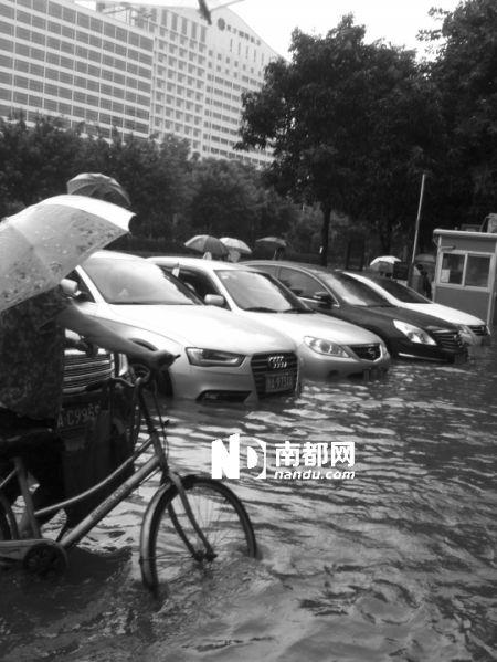 昨日上午,广州大道白云区人民医院门口积水严重,停车场内多车遭水浸。