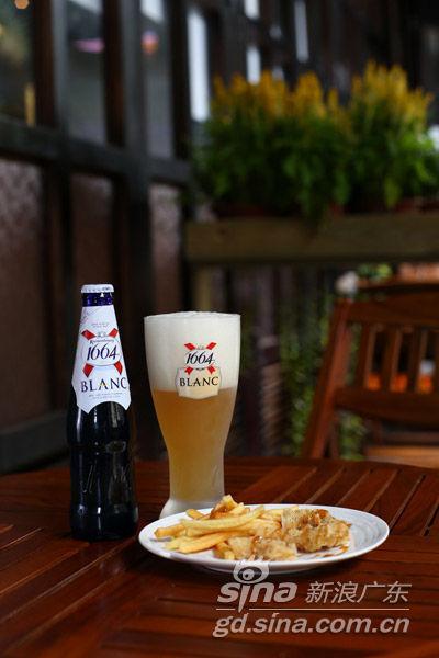 64白啤配花酒鱼柳薯条-夏日体验冰镇啤酒与美食的丰富搭配图片
