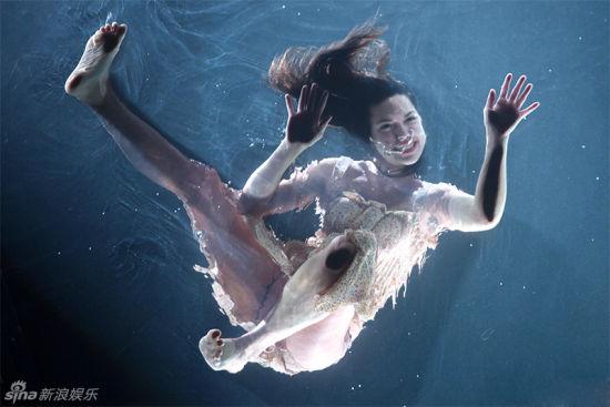秀场女舞者湿身露点躺水中观众伸手触摸