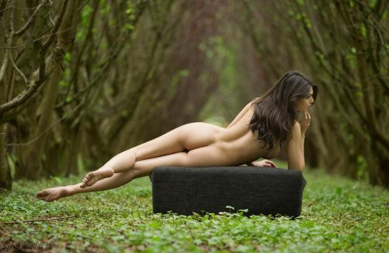 丛林里的全裸尤物绝美胴体性感撩人