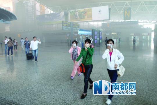 白云机场广告牌起火烧了专卖店