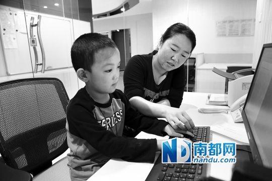 在妈妈的帮助下,小斌斌复习视障康复训练老师安排的功课。通讯员 供图