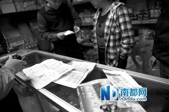 """当民警冲进工地小卖部时,柜台上还摆着一本购买""""六合彩""""的书。 南都记者 陈文才 摄"""