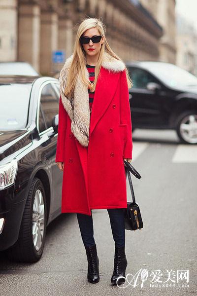 示范搭配:红色毛翻领长款大衣+红黑色条纹打底衫