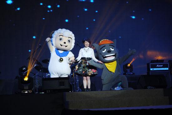 李紫昕和喜羊羊、灰太狼献身舞台