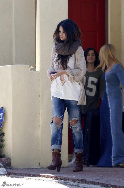 组图:赛琳娜破洞牛仔裤出镜演绎街头时尚