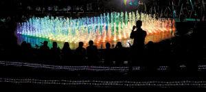 2月24日晚,喷泉开放过程中,七彩灯光同时出现,围观市民禁不住起身用手机拍摄