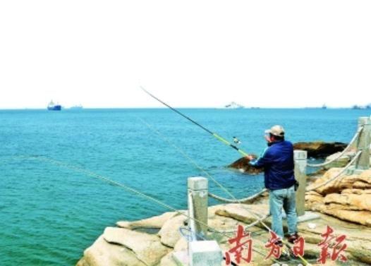 2013年-2014年度全国海钓锦标赛总决赛暨中国海钓大师选拔赛于3月初在广东省珠海市东澳岛伶仃海岸举行。该项赛事是全国最高水平的海钓大赛,万山群岛凭借得天独厚的自然环境,成为海钓爱好者的圣地。珠海借助赛事打造海钓品牌,推动海岛旅游的发展。   钓鱼带动万山旅游品牌   发展海岛体育休闲旅游的城市在国内外并不少见,如以帆船周享誉世界的德国基尔、被誉为世界海钓圣地的夏威夷科纳、以大帆船赛在长三角地区中独立鳌头的浙江舟山,都是以体育项目带动海洋旅游的典范。   德国北部港市基尔面积仅为12