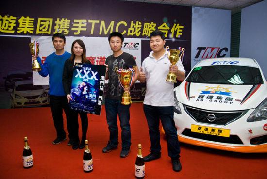亚游集团代表为各组获奖车手颁发奖杯及奖品